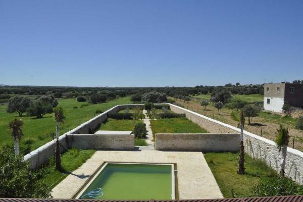 Belle villa récemment finie avec piscine