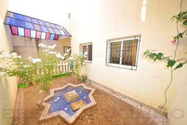 Villa avec un petit jardin