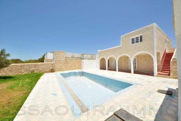 Villa avec piscine vide